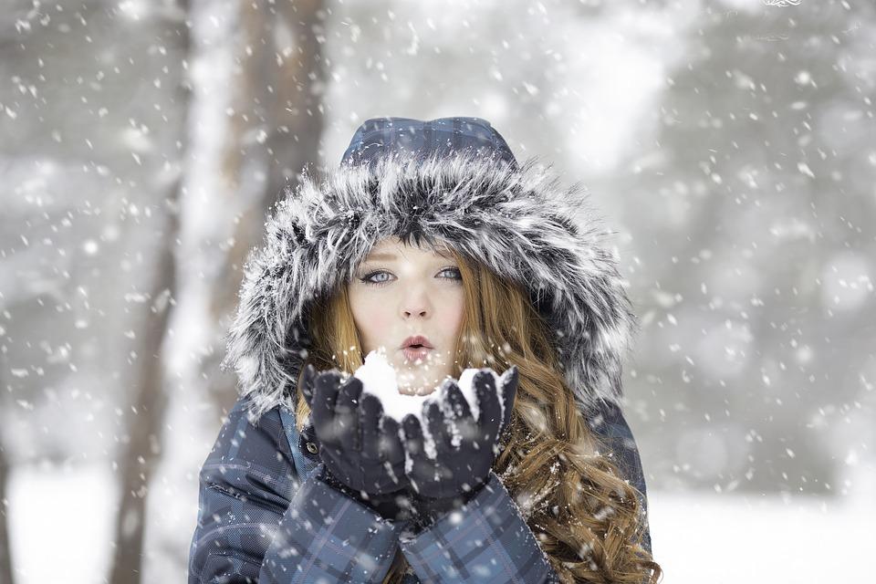 ragazza soffia neve