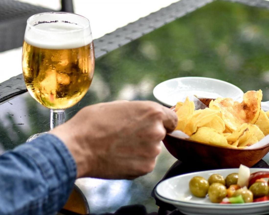 aperitivo-esterno-tavolino