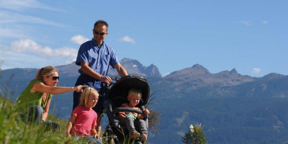 Famiglia escursione in montagna